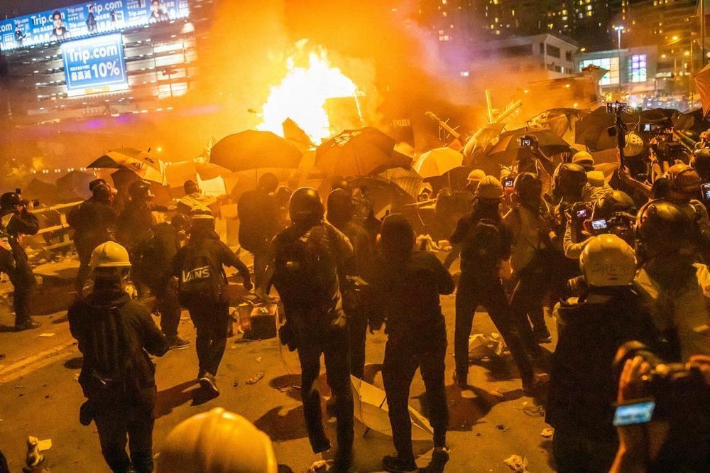 OBELEŽENO POLA GODINE PROTESTA U HONGKONGU: Hiljade ljudi izašlo na ulice! Uhapšeno njih 11, zaplenjeno oružje!