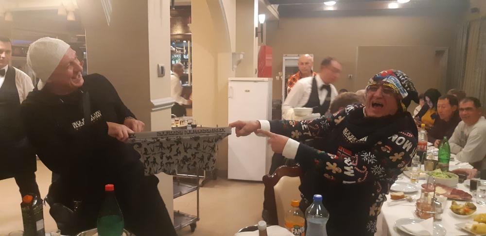 LUDILO ŽURKA NA ERINOM 72. ROĐENDANU: Kolega mu poklonio BOKSERICE, a Ojdanić ih stavio na glavu! VESELO! (KURIR TV)