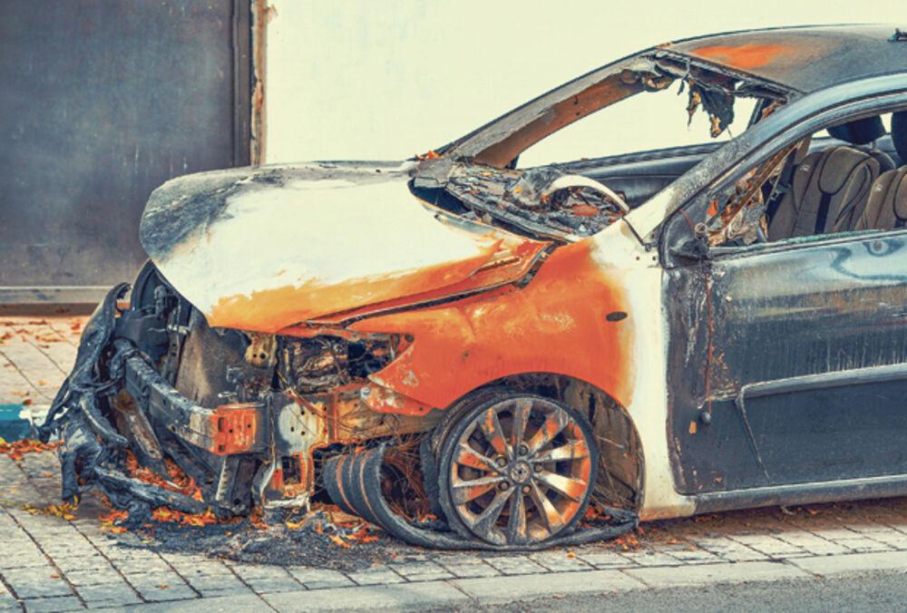 DRAMA U TC MERKATOR NA NOVOM BEOGRADU: Zapalio se automobil u garaži, vatra zahvatila prednji deo vozila