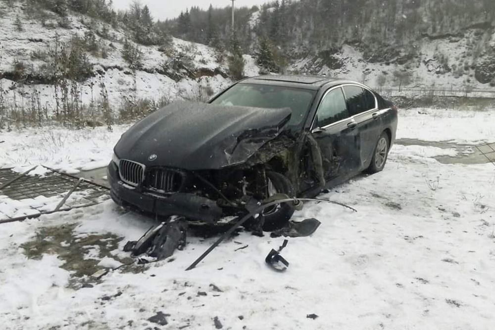 SAOBRAĆAJNA NESREĆA KOD TUTINA: Sudarili se audi i BMW, lukszuni automobili rastureni