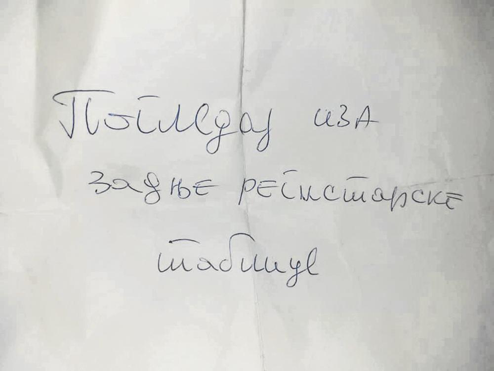Ovo je Goran  našao na svom  automobilu... Misteriozni  vozač ostavio  poruke izvinjenja