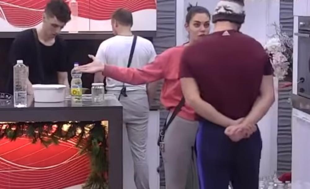 SMRADINO, IDI SEDI NA ULICI: Mensur brutalno vređao Petkovića, a umešala se Mina! Pokazala kakva je drugarica! (VIDEO)