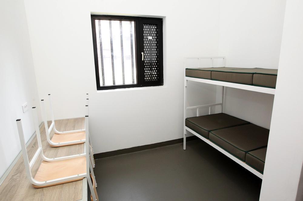 KURIR SAZNAJE: 3 osuđenika KPZ Niš u bekstvu! Jedan izdržavao kaznu od samo 7 dana, a pobegli kroz rupu u zidu?!