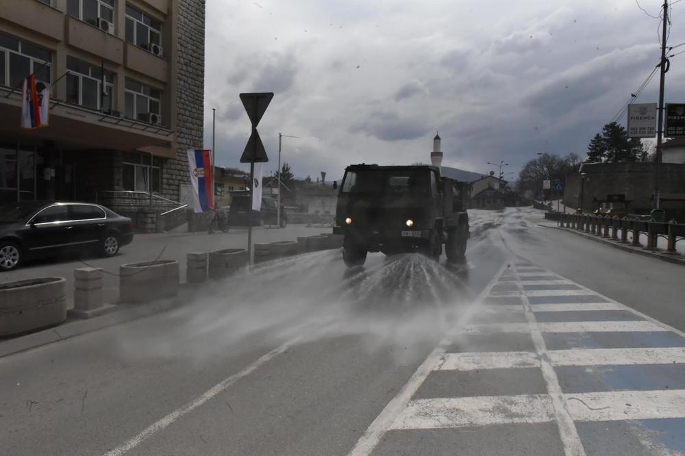 Pripadnici 246. bataljona Atomsko hemijske biološke odbrane iz Kruševca angažovani su na biološkoj dezinfekciji ulica i javnih površina u Novom Pazaru