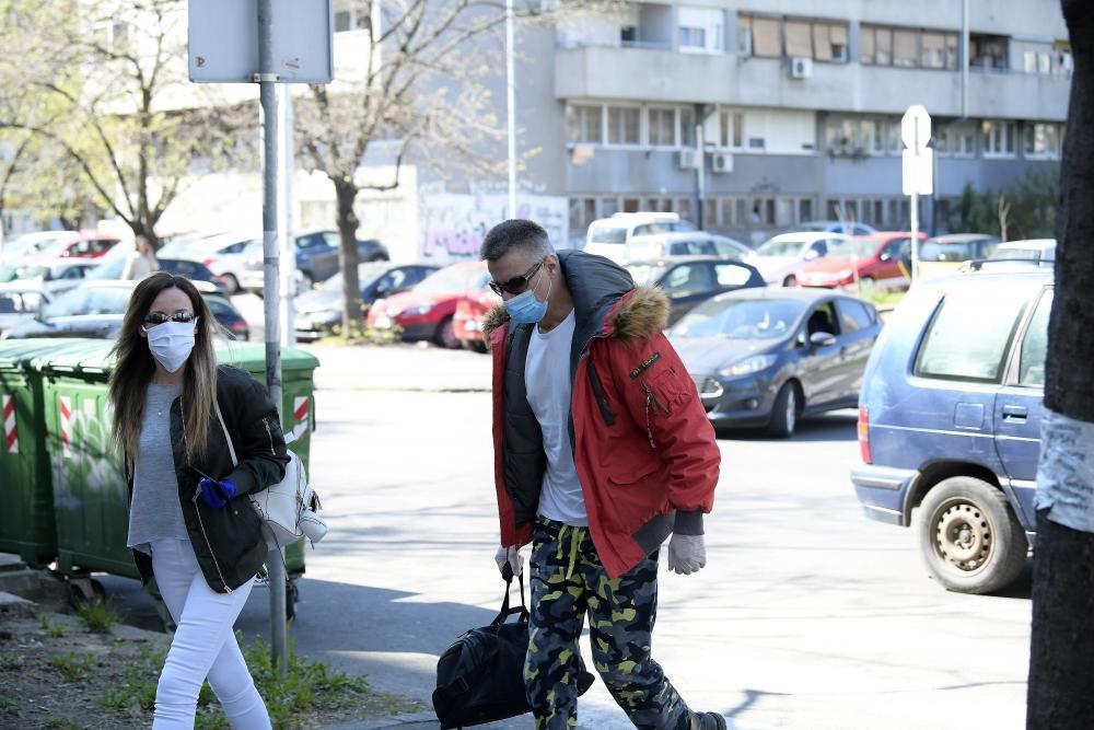 ĐORĐE DAVID IZAŠAO IZ BOLNICE! Roker sa zaštitnom maskom na licu otišao kući! POBEDIO KORONU! (FOTO)