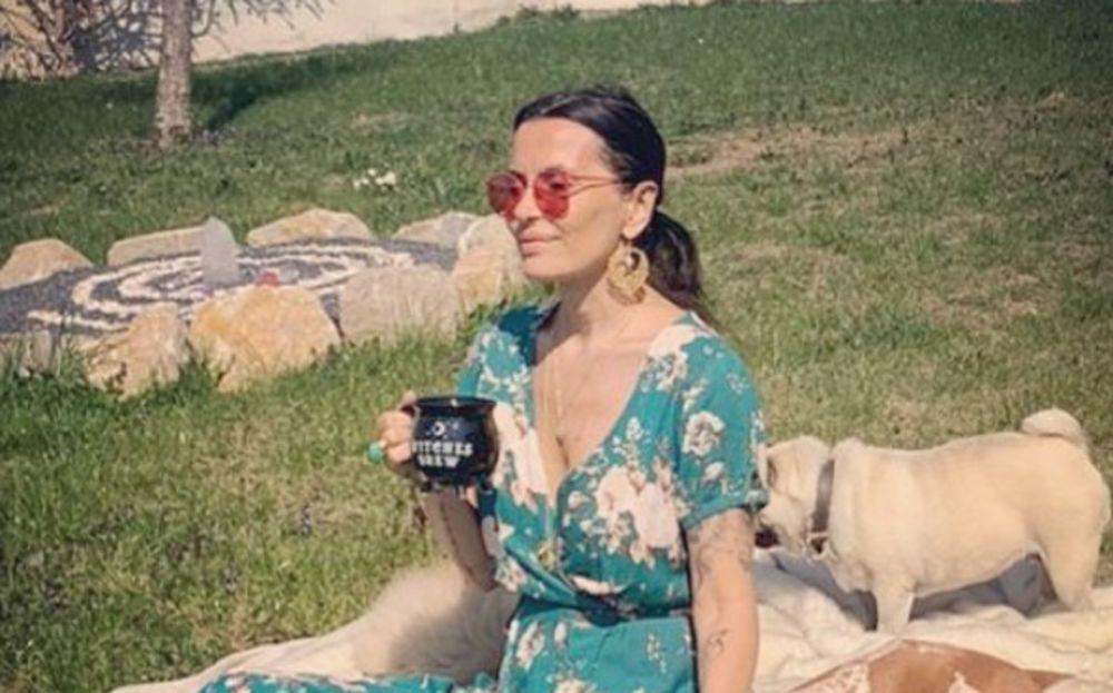 VELIKA BOGINJA NAS BLAGOSILJA SA SVIM SVOJIM OBILJEM! Elena Karić ima MILIONE, a živi na selu i ovome je ZAHVALNA