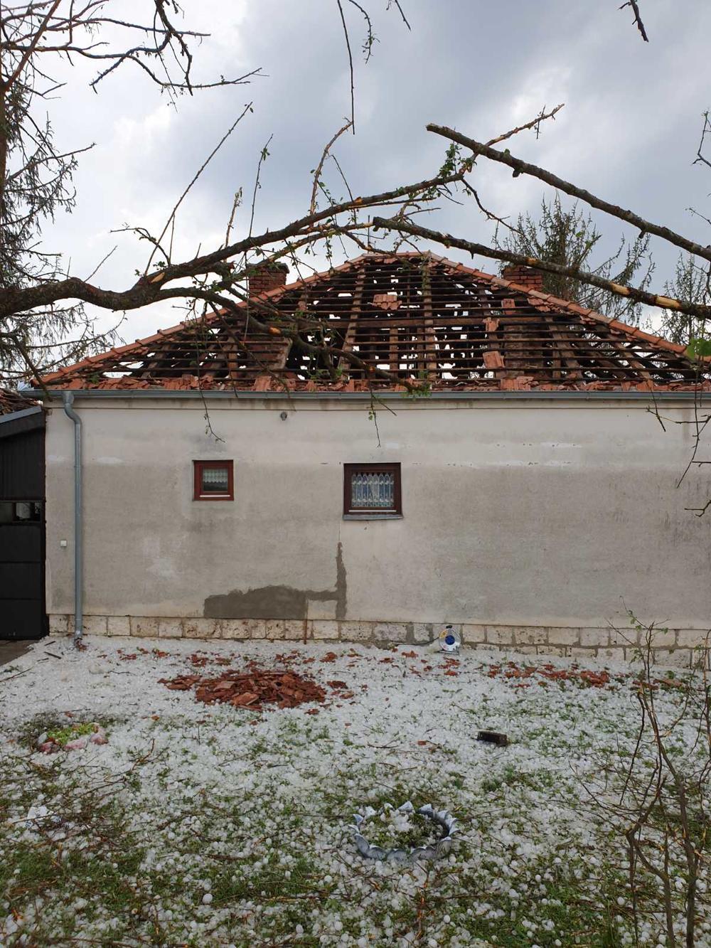 <p>SJENICA. - Grad koji se danas oko 15 sati sručio na sjeničku opštinu pričinio je veliku štetu seoskim domaćinstvima a najgore je prošlo domaćinstvo Vujadina Rakonjca u selu Bogačiće, Mesna zajednica Vapa.</p>