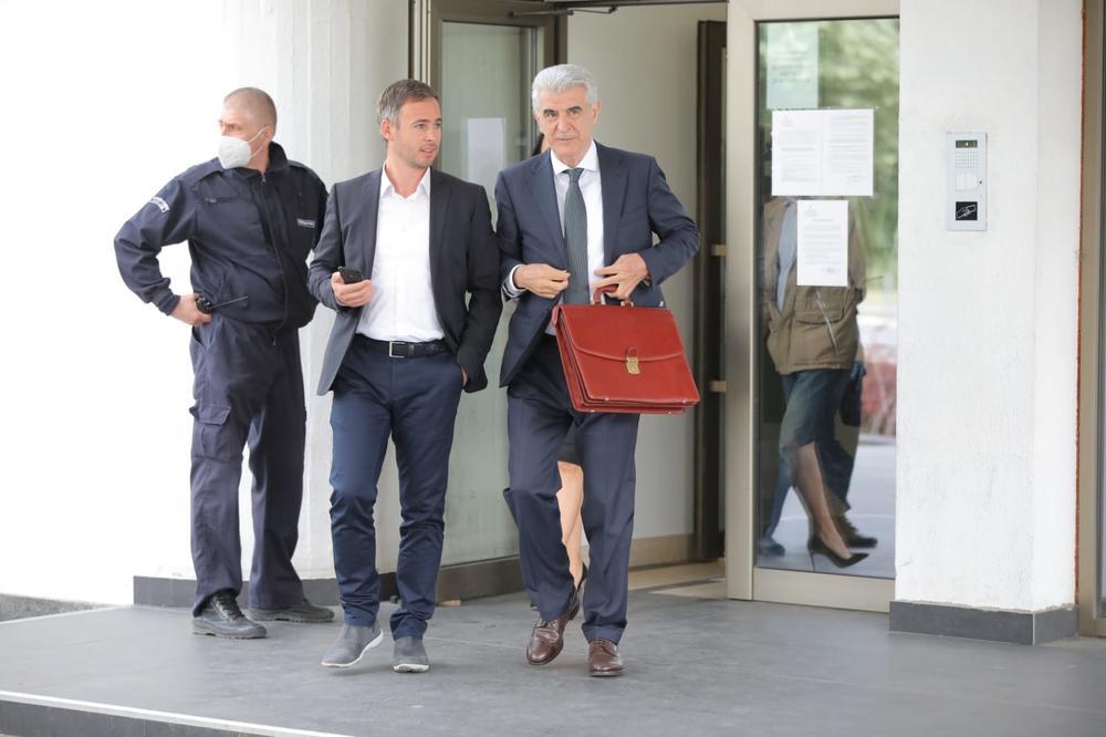 <p>Andrej Vučić je Miroslava Aleksića tužio za povredu časti i ugleda, zato što je ovaj u javnosti govorio da ima saznanja da je vlasnik Jovanjice Predrag Koluvija, pre hapšenja zvao predsednikovog brata.</p>