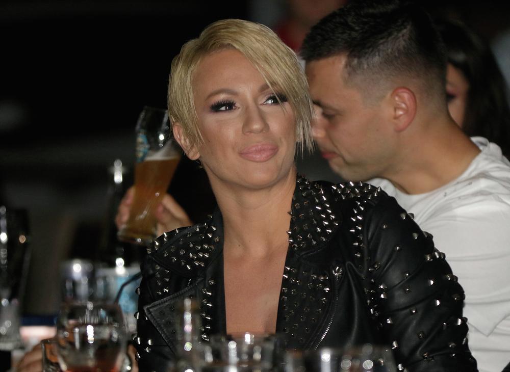 KURIR PAPARACO! Ana Kokić skratila kosu i promenila imidž! ČIZMA GLAVU ČUVA! (FOTO)