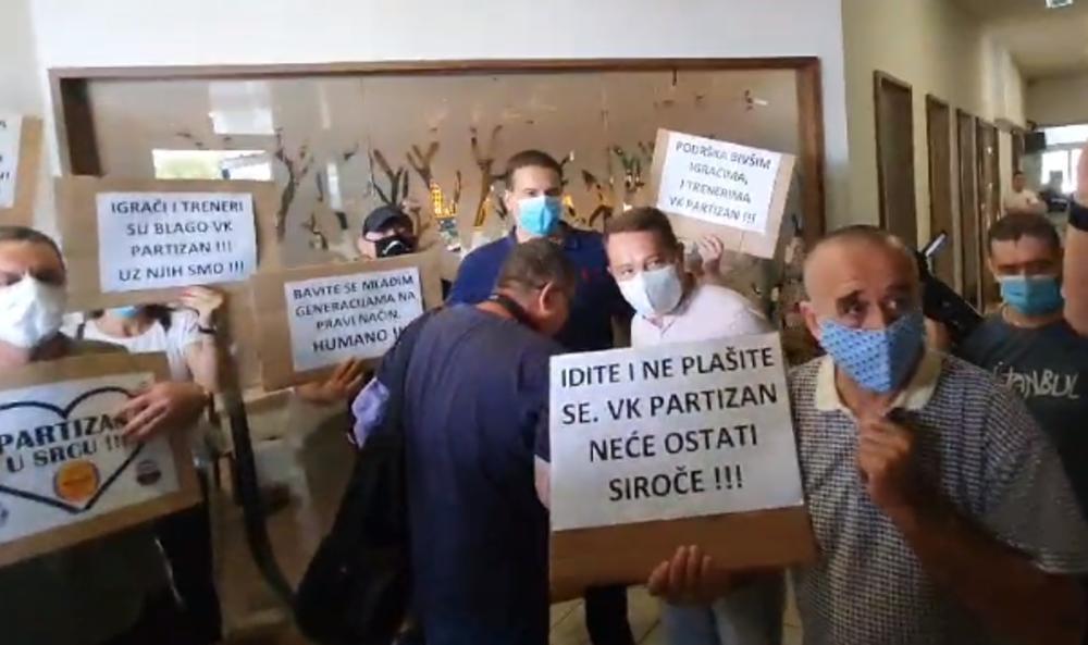 VELIKA FRKA NA BANJICI: Roditelji prekinuli konferenciju VK Partizan! OPŠTI HAOS