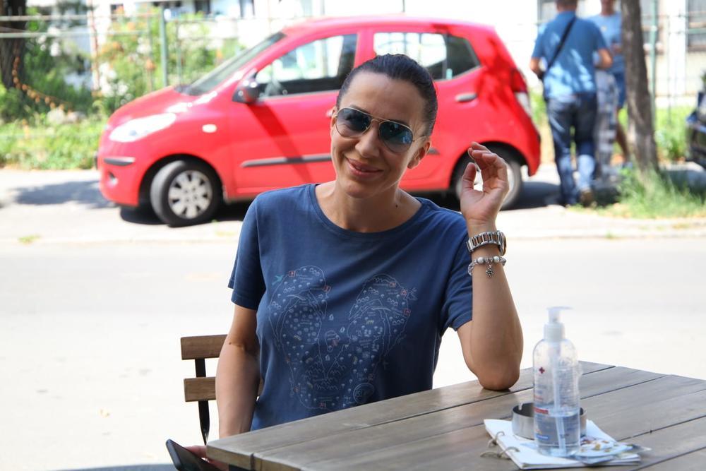 ROMANA RAKIJOM NAZDRAVILA SLOBODU! Čim je stigla u Beograd udarila po žestini, a onda svratila i do BANKOMATA?