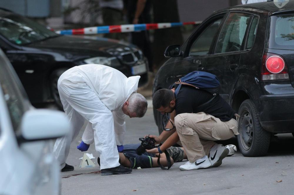 JEZIVE FOTOGRAFIJE SA MESTA ZLOČINA NA BANJICI: Telo ubijenog mladića (18) ostalo da leži u lokvi krvi na ulici! VIDEO