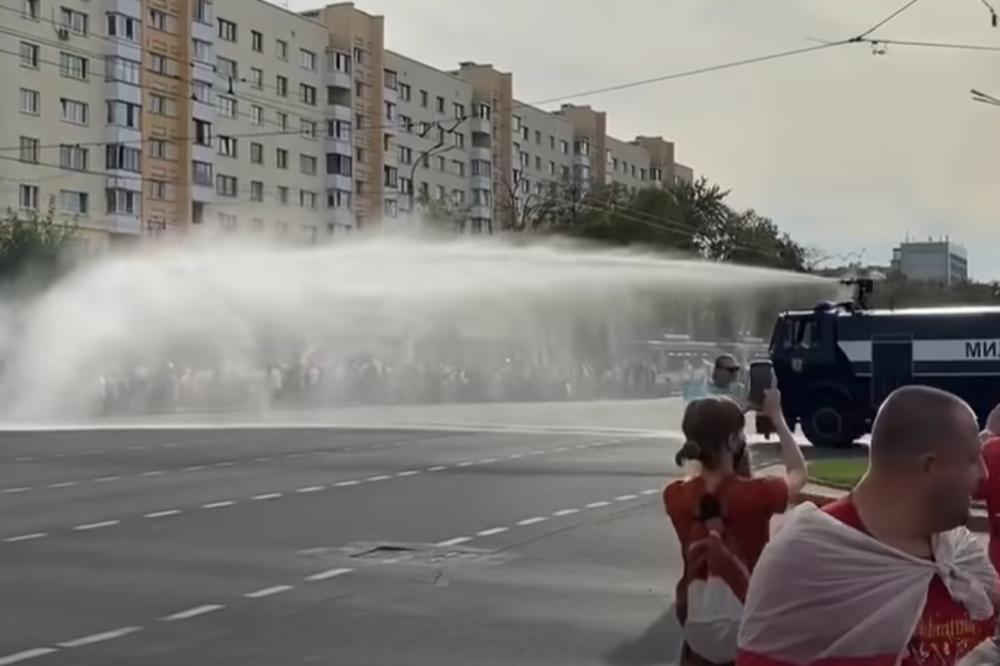 HAOS U BELORUSIJI: Policija vodenim topovima rasterala demonstrante u Brestu (VIDEO)