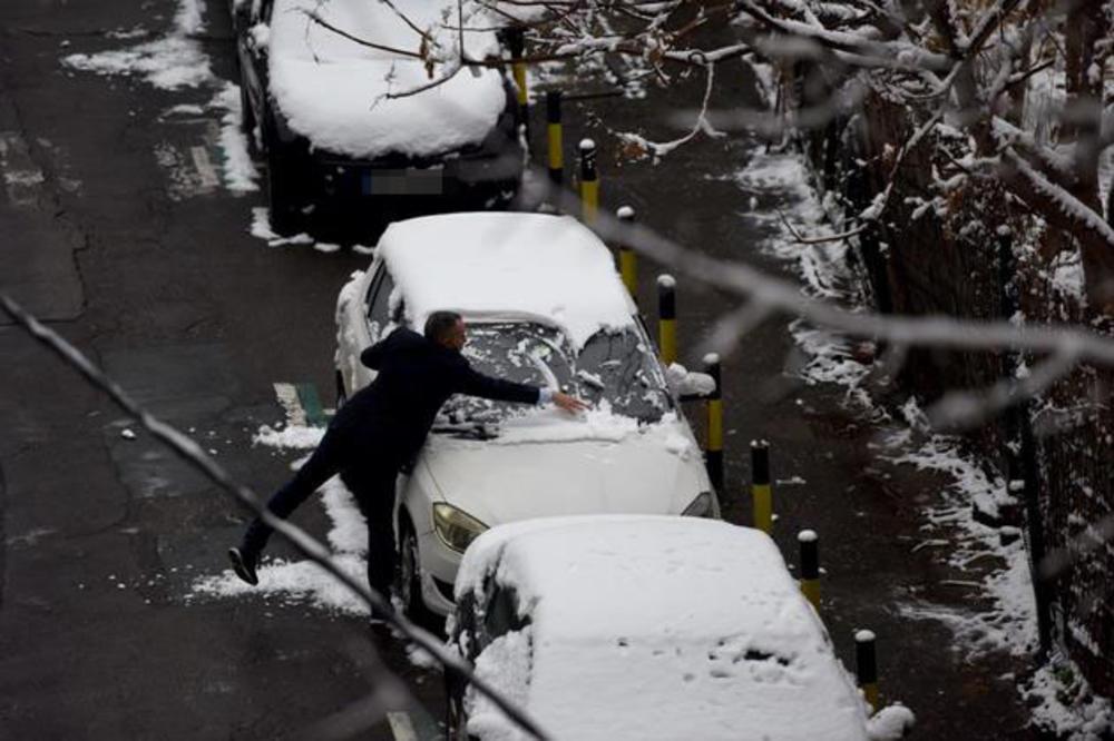 OD JUTROS NEMA ŠALE: Saobraćajci kažnjavaju ako vozite sa snegom na haubi ili tablicama MOŽETE OSTATI I BEZ 18.000 DINARA