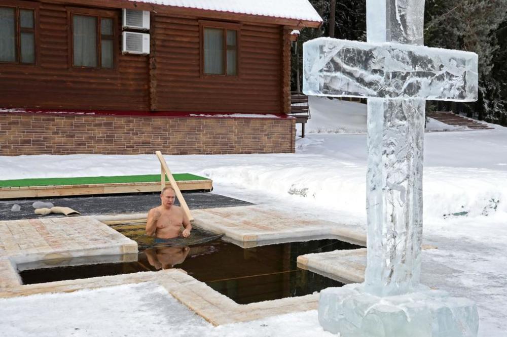 (VIDEO) NA PRAVOSLAVNI PRAZNIK: Putin (68) zaronio u ledenu vodu!