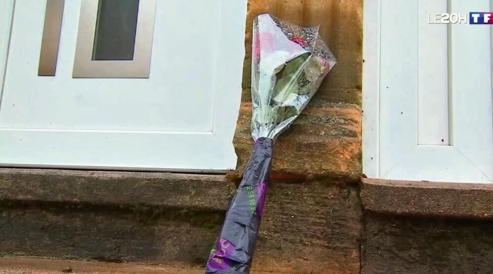 prijatelji ostavljaju cveće za Stefani