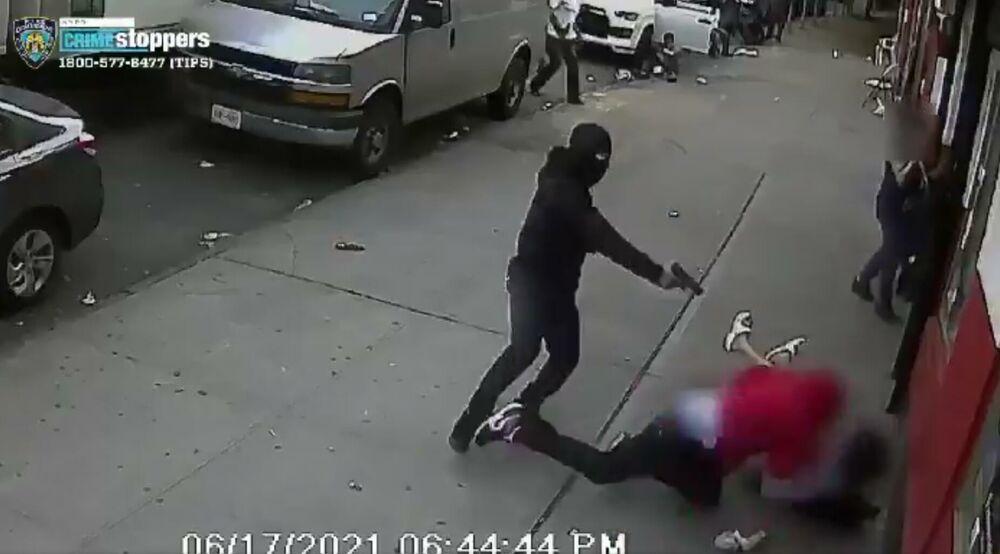 ŠOKANTAN SNIMAK PUCNJAVE U BRONKSU: Napadač pokušao da likvidira metu! Žrtva se saplela i pala preko dvoje dece VIDEO