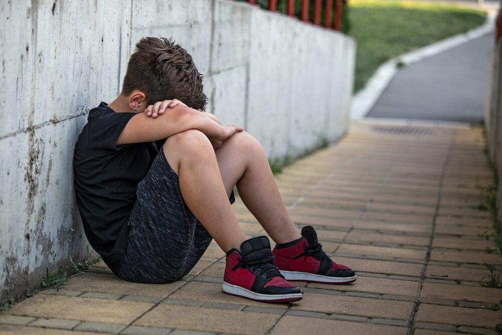 DEVOJČICE TUKLE DEČAKA, RODITELJI SE SMEŠILI I GLEDALI INCIDENT: Udarale ga u dvorištu škole, dok nije prišao drug da ga spase