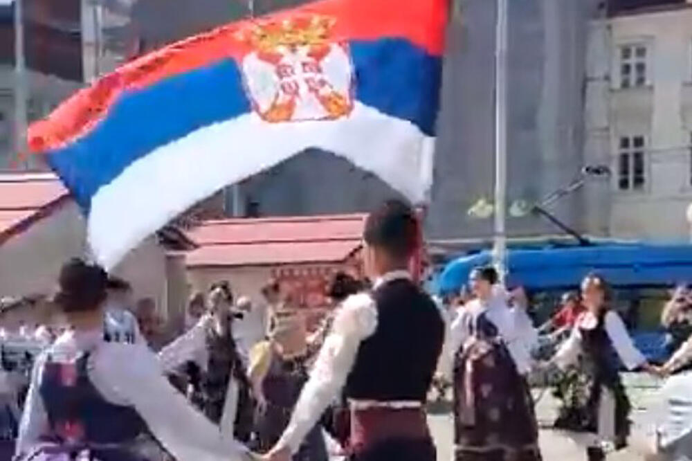 UŽIČKO KOLO U CENTRU ZAGREBA: Na trgu Bana Jelačića vijorila se srpska  zastava uz najpoznatije kolo,