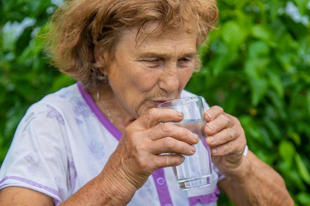 KAKO DA OSTANETE HIDRIRANI KADA SU VELIKE VRUĆINE? Vodu treba da pijete i kad niste ŽEDNI, a jedna stvar je OBAVEZNA