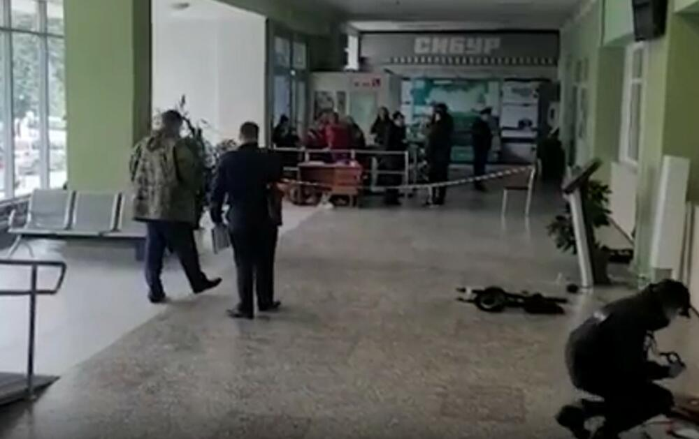 <p>Istražni komitet Rusije objavio je snimke sa mesta nesreće na Državnom nacionalnom istraživačkom univerzitetu u Permu, gde je u ponedeljak, 20. septembra ujutru, 18-godišnji student otvorio vatru na ljude.</p>