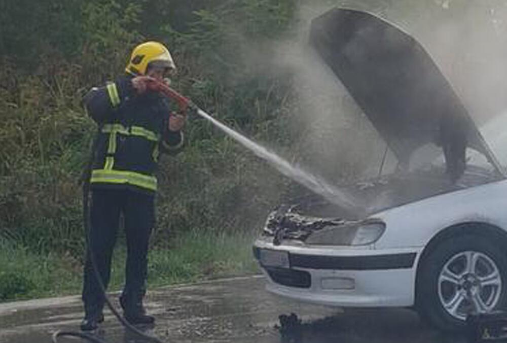 BUKTINJA ISPRED DOMA ZDRAVLJA U LJIGU: Auto se zapalio na parkingu, vozač na vreme izašao iz vozila (FOTO)