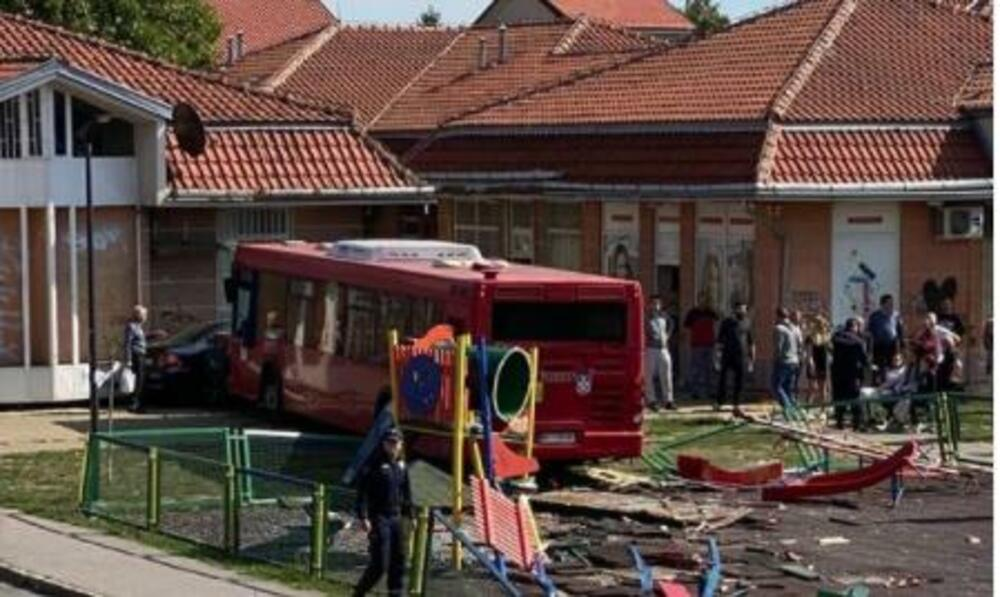 DETALJI NESREĆE U ZEMUNU: Autobus dobio naglo ubrzanje i nekontrolisano uleteo na DEČIJE IGRALIŠTE (FOTO/VIDEO)