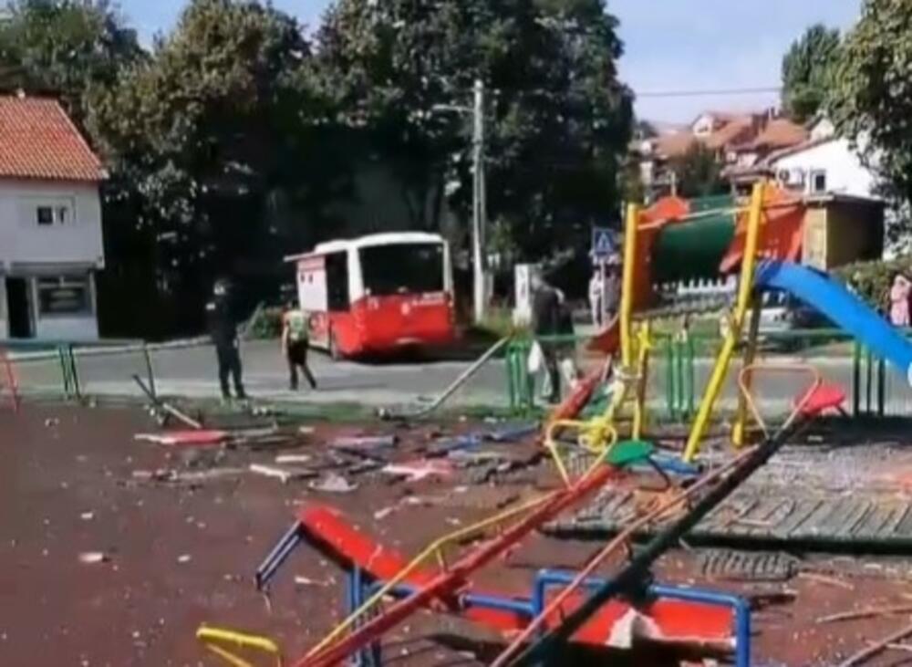 POGLEDAJTE PUSTOŠ POSLE ULETANJA AUTOBUSA NA IGRALIŠTE U ZEMUNU: Sve polomljeno u paramparčad (FOTO)