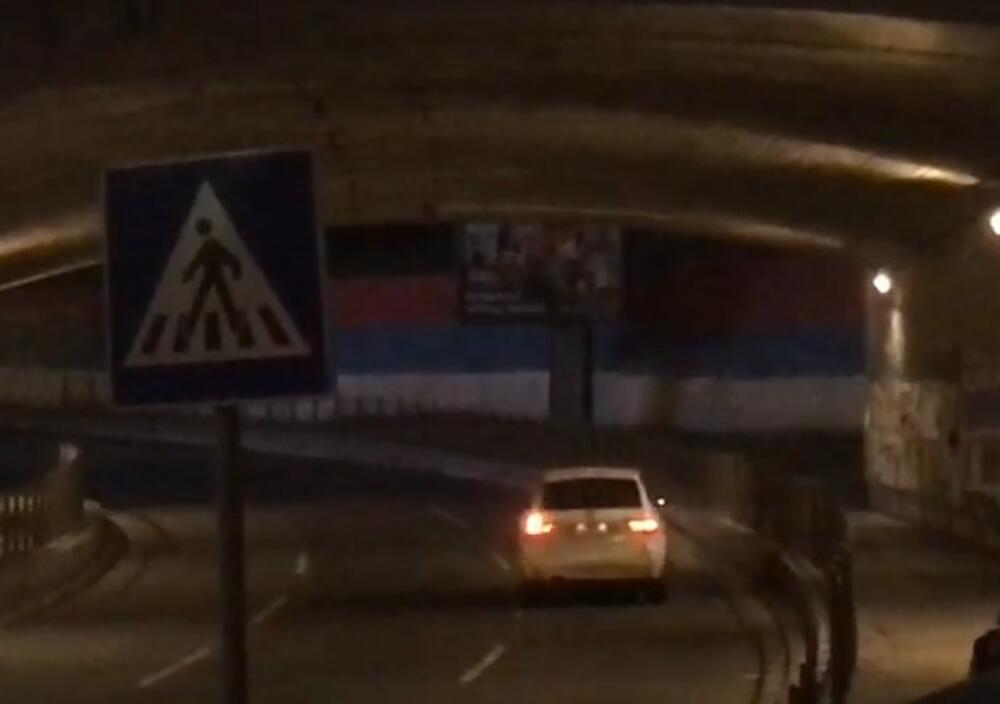 ŠTA JE OVAJ VOZAČ HTEO? UMALO NAPRAVIO HAOS U BEOGRADU: Pogledajte kako beli aumobil ide kontra smerom do Brankovog mosta KURIR TV