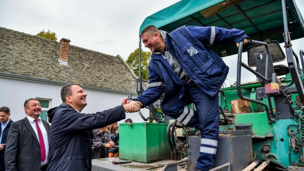 Mirović obišao radove na rekonstrukciji lokalnih puteva u opštini Sečanj