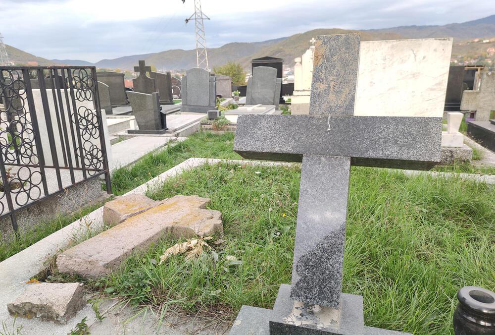 U NOĆI IZMEĐU ČETVRTKA I PETKA: Oskrnavljeno 7 spomenika na Šestovskom groblju u Novom Pazaru